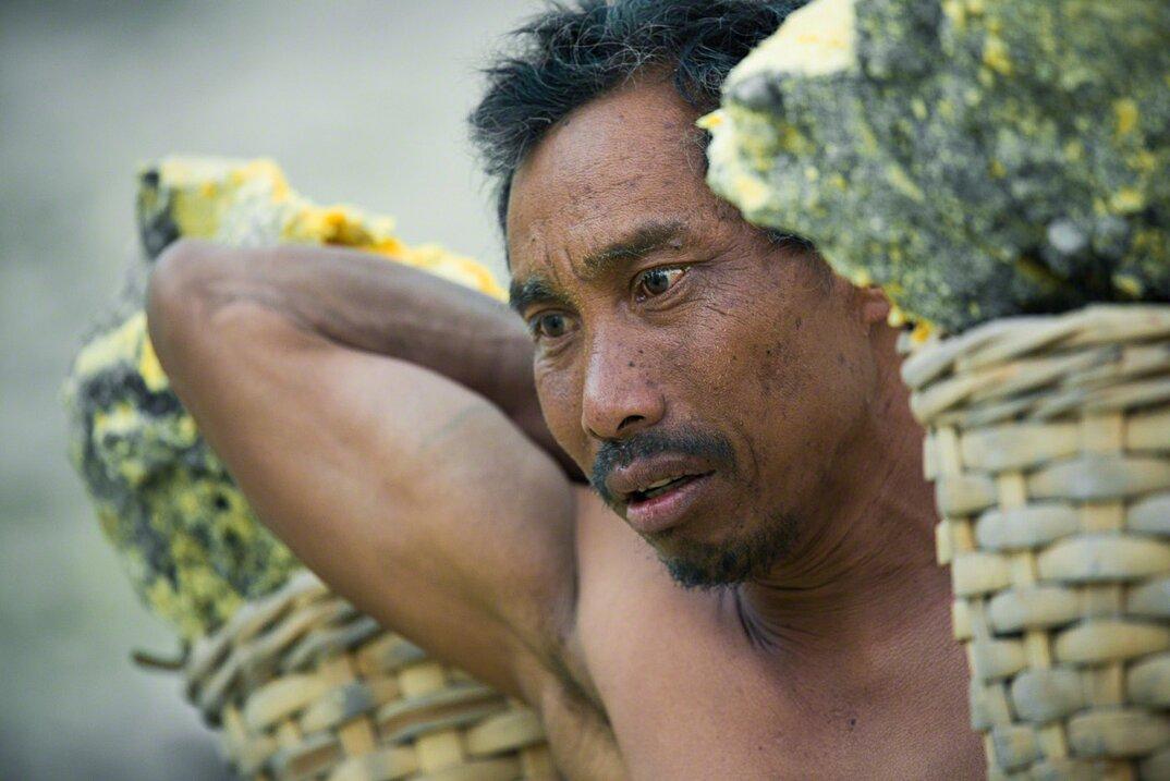 fotografia-minatori-zolfo-indonesia-davide-de-conti-11