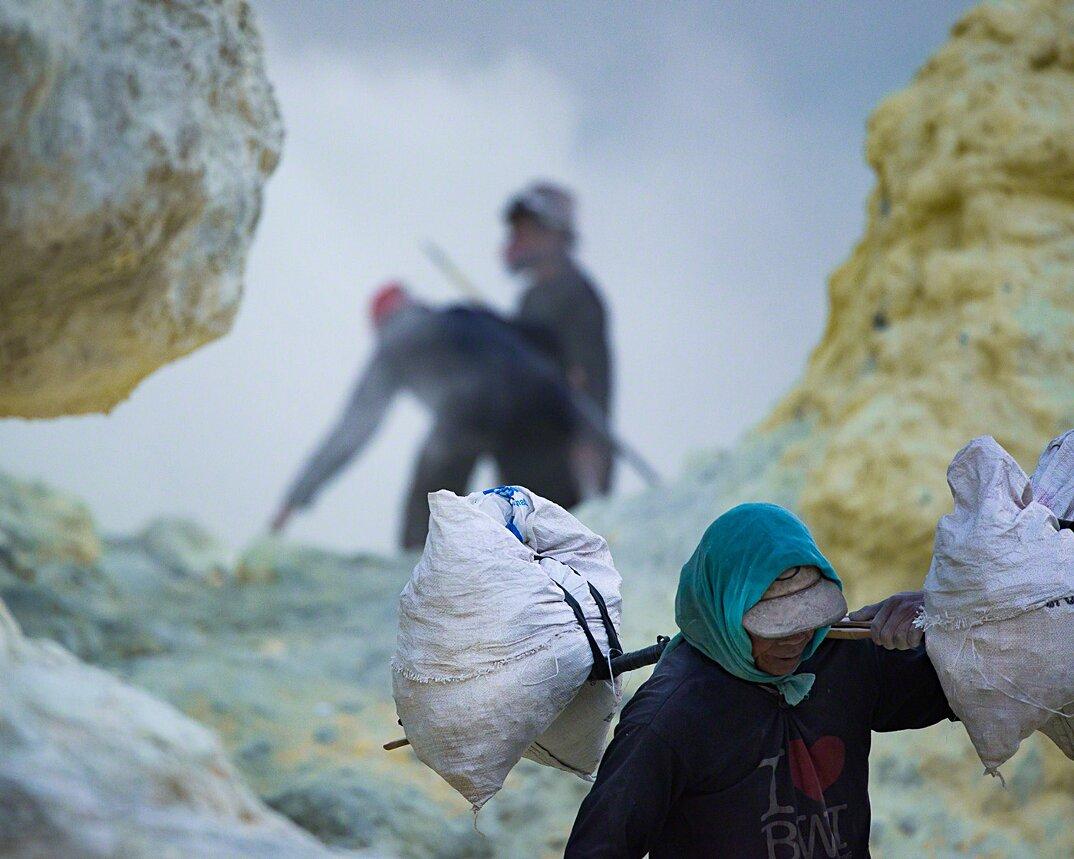 fotografia-minatori-zolfo-indonesia-davide-de-conti-15