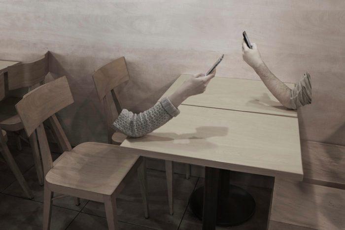 L'assenza di contatto umano nell'era digitale nella fotografia di Kamil Kotarba