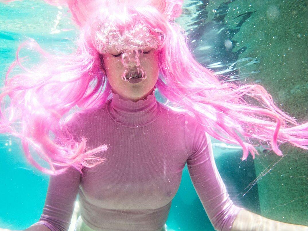 fotografia-surreale-femminile-donna-rosa-pink-prue-stent-09