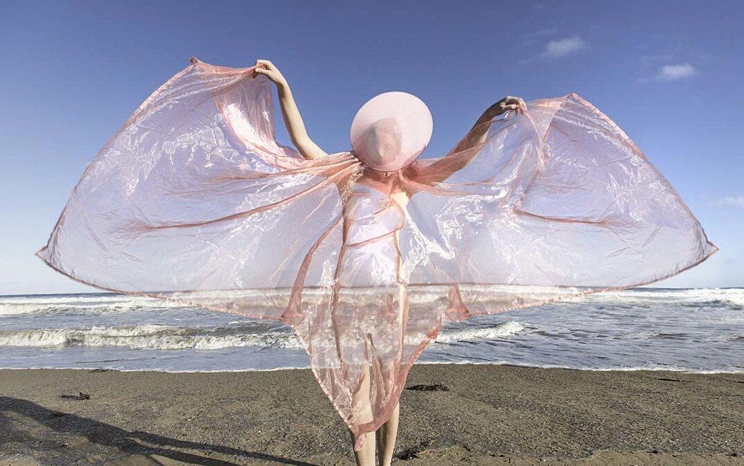 fotografia-surreale-femminile-donna-rosa-pink-prue-stent-19