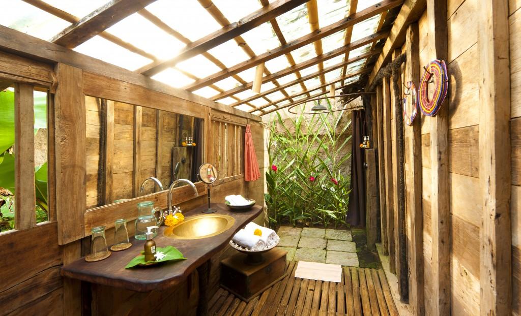 hotel-da-sogno-bali-pavimento-vetro-pesci-fiume-bambu-indah-02