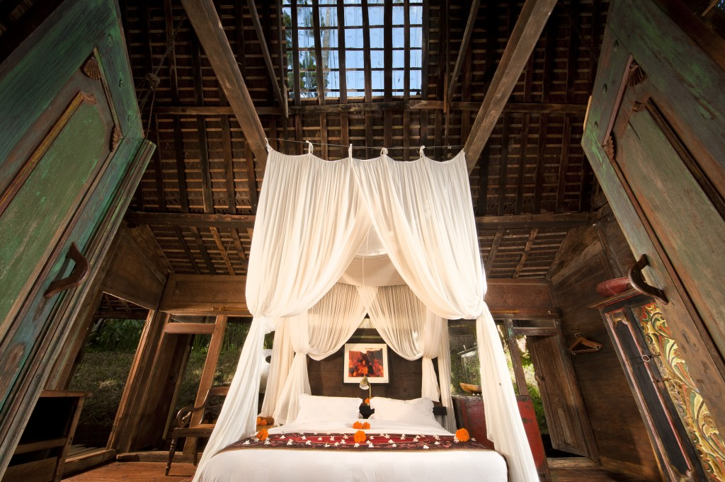 hotel-da-sogno-bali-pavimento-vetro-pesci-fiume-bambu-indah-07