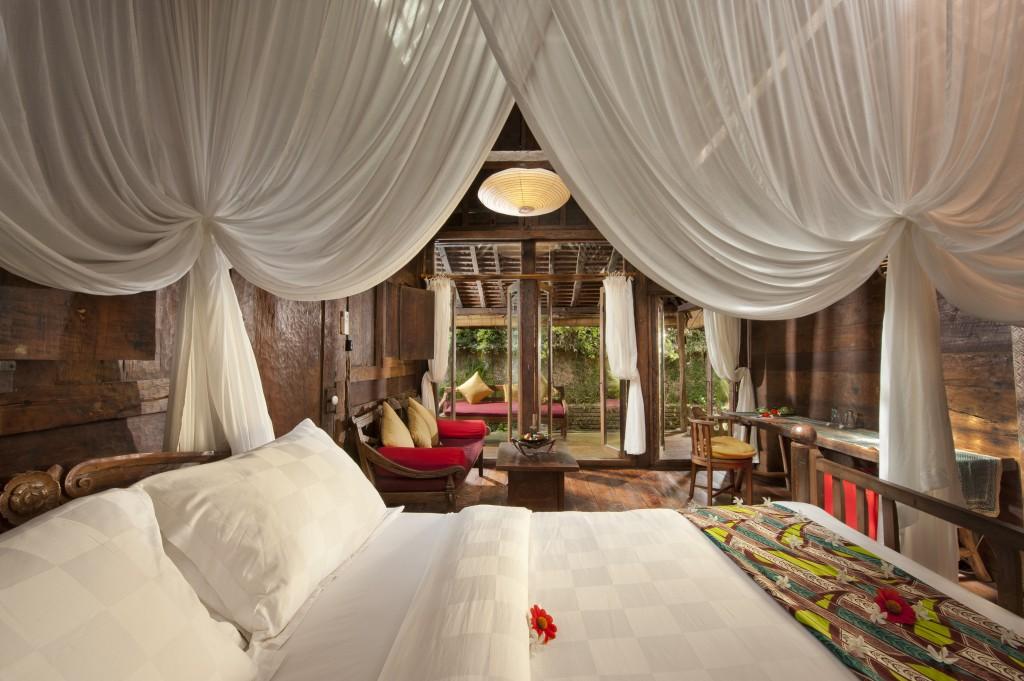 hotel-da-sogno-bali-pavimento-vetro-pesci-fiume-bambu-indah-08