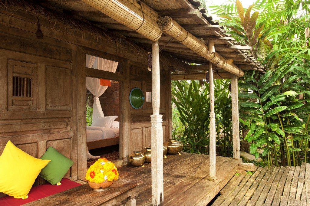 hotel-da-sogno-bali-pavimento-vetro-pesci-fiume-bambu-indah-10