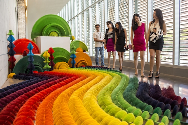 installazione-dinamica-carta-colorata-arcobaleni-contro-la-guerra-li-hongbo-1