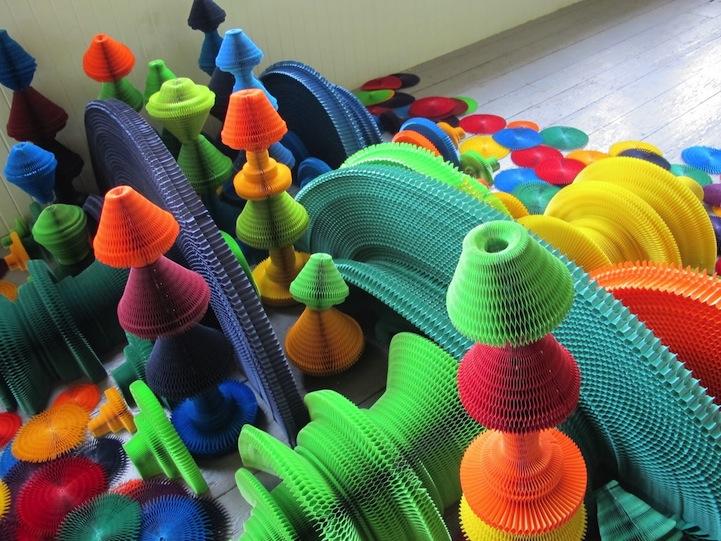 installazione-dinamica-carta-colorata-arcobaleni-contro-la-guerra-li-hongbo-21