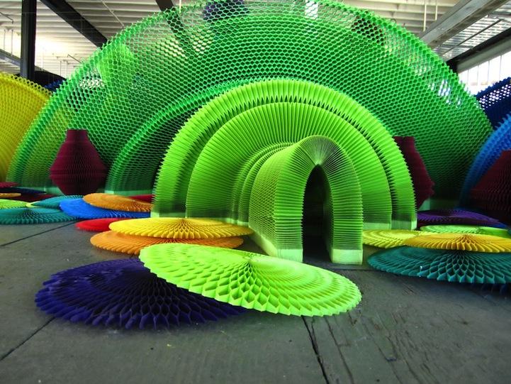 installazione-dinamica-carta-colorata-arcobaleni-contro-la-guerra-li-hongbo-22