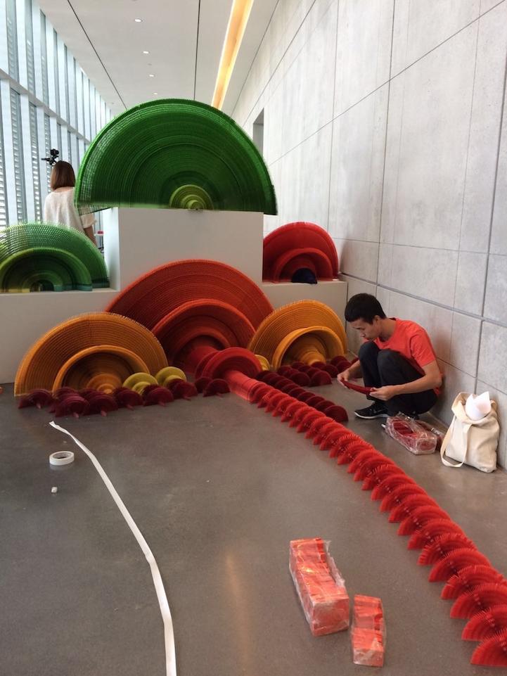 installazione-dinamica-carta-colorata-arcobaleni-contro-la-guerra-li-hongbo-3