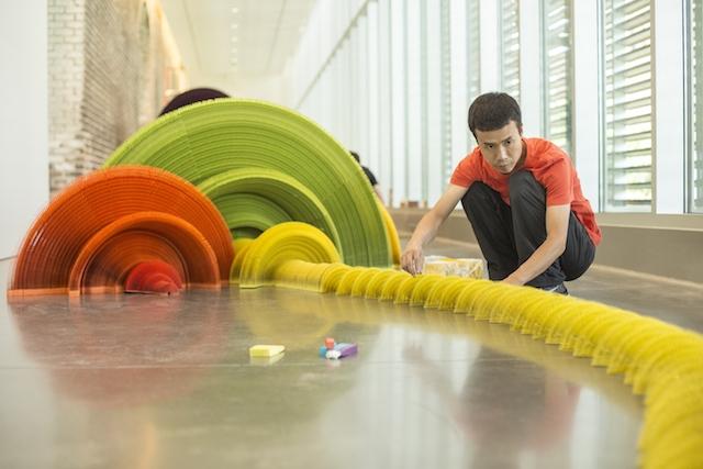 installazione-dinamica-carta-colorata-arcobaleni-contro-la-guerra-li-hongbo-4