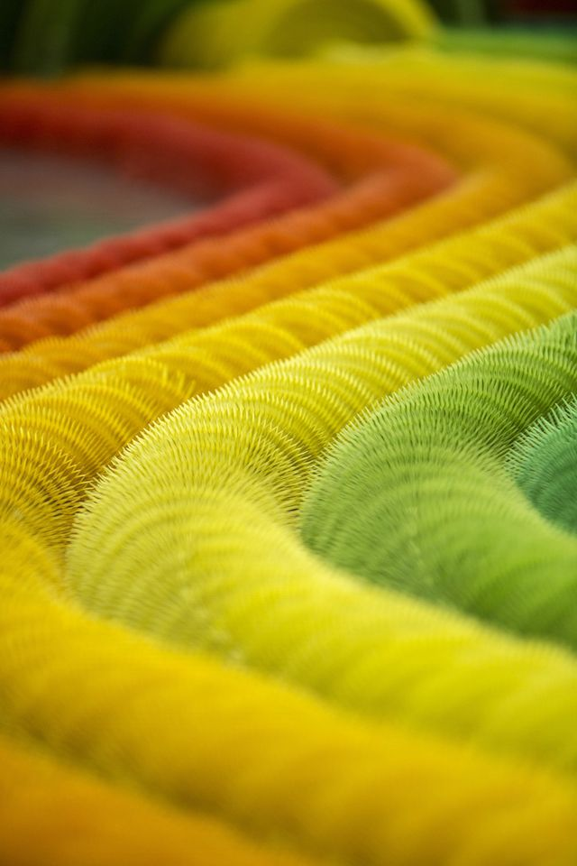 installazione-dinamica-carta-colorata-arcobaleni-contro-la-guerra-li-hongbo-5