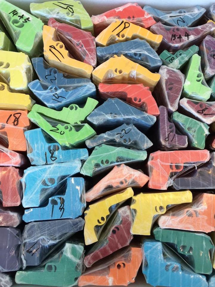 installazione-dinamica-carta-colorata-arcobaleni-contro-la-guerra-li-hongbo-7