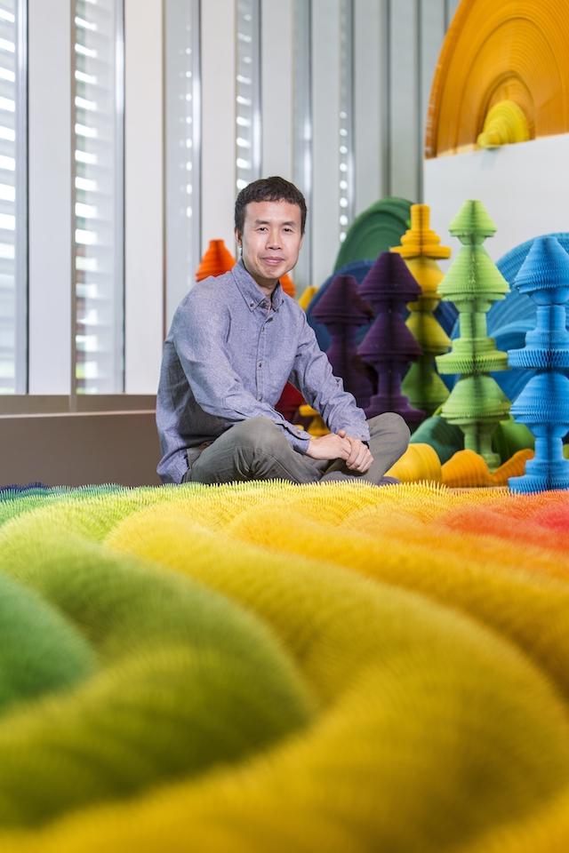 installazione-dinamica-carta-colorata-arcobaleni-contro-la-guerra-li-hongbo-8