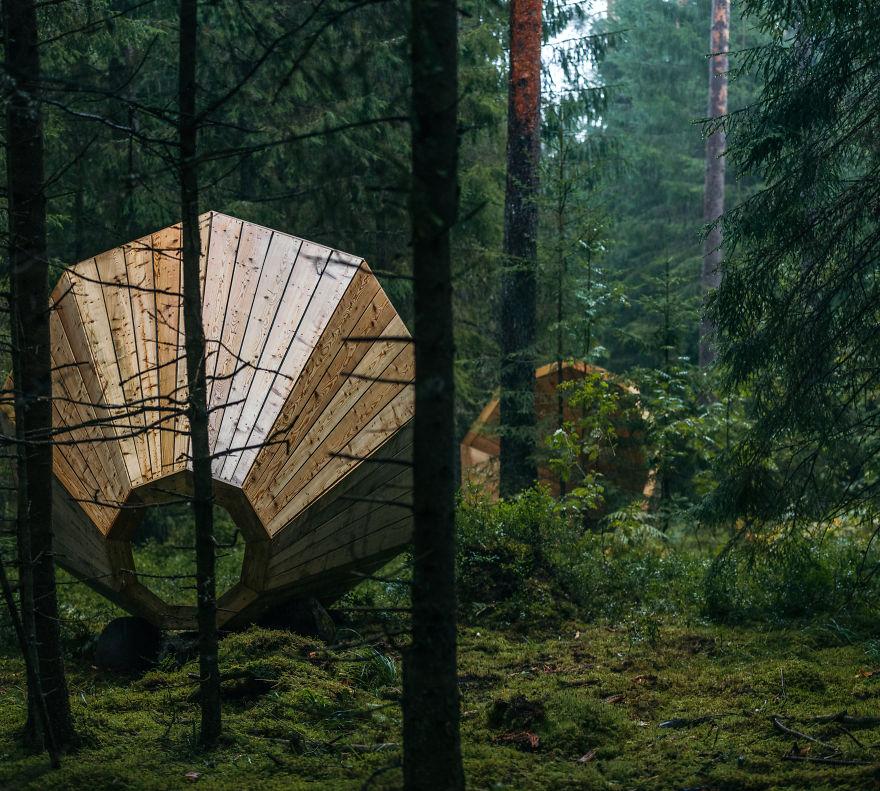 installazione-megafoni-giganti-legno-boschi-estonia-09