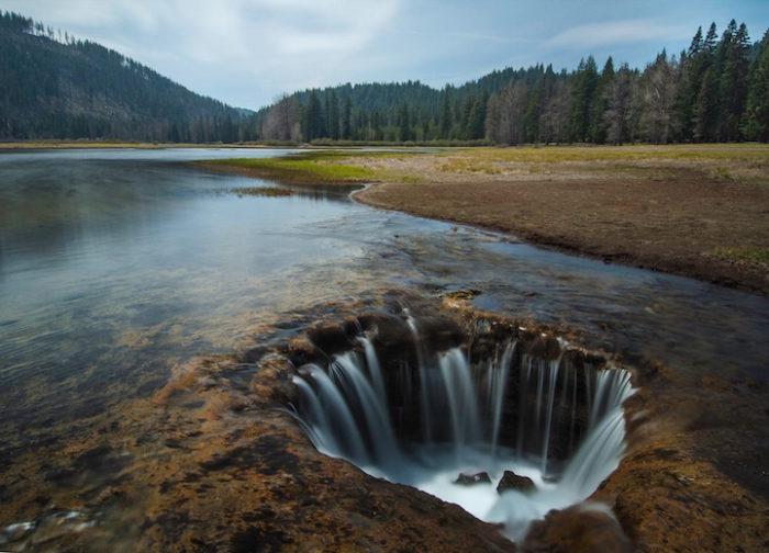 lost-lake-oregon-buco-misterioso-scolo-acqua-1