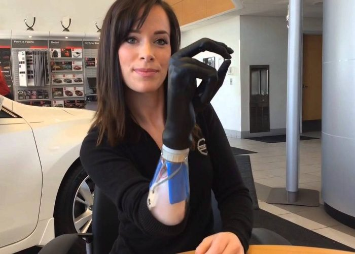 modella-disabile-protesi-braccio-bionico-rebekah-marine-4