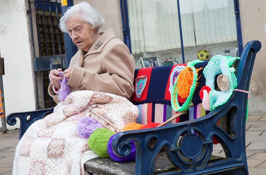 nonna-uncinetto-street-art-scozia-souter-stormers-104-anni-5