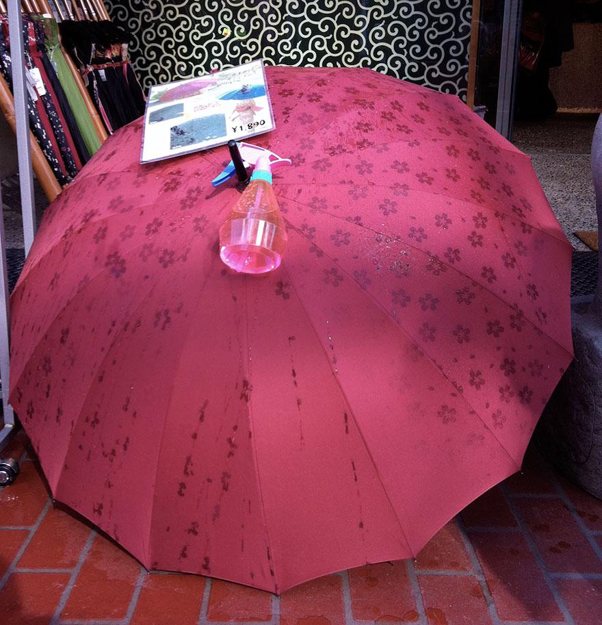 ombrelli-rivelano-disegni-quando-si-bagnano-giappone-1