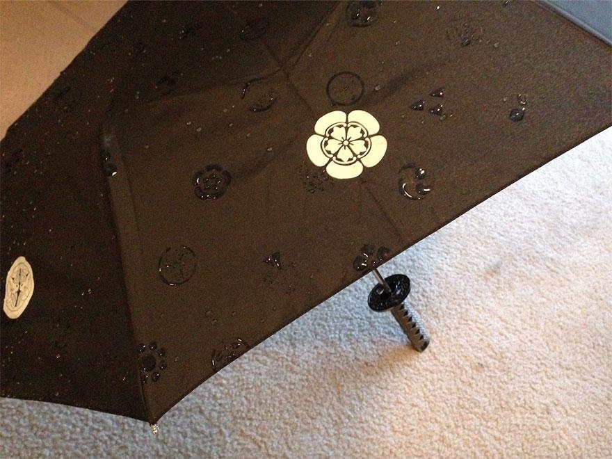 ombrelli-rivelano-disegni-quando-si-bagnano-giappone-2