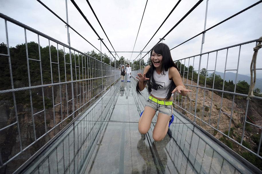 Il ponte di vetro pi lungo al mondo apre in cina e i for Piani di progettazione di ponti gratuiti