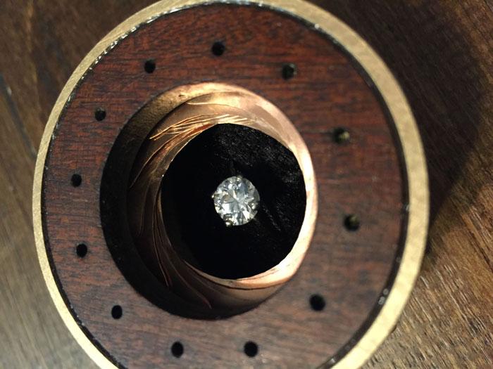 scatola-porta-anello-fatta-mano-lente-apertura-meccanica-matthew-chalker-1