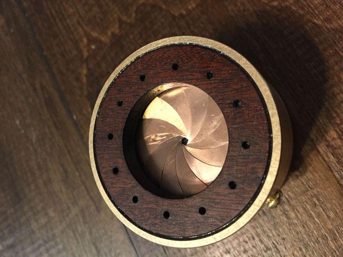 scatola-porta-anello-fatta-mano-lente-apertura-meccanica-matthew-chalker-2