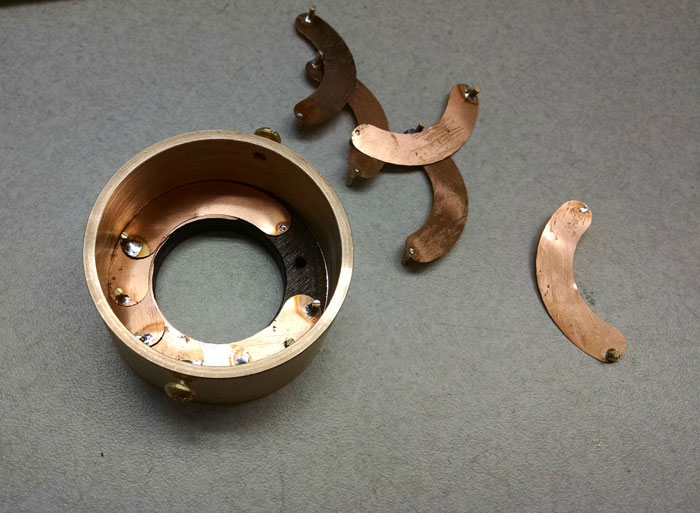 scatola-porta-anello-fatta-mano-lente-apertura-meccanica-matthew-chalker-3