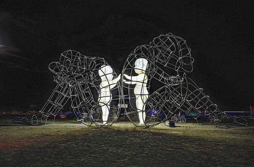 scultura-burning-man-festival-adulti-bambini-amore-love-alexander-milov-2