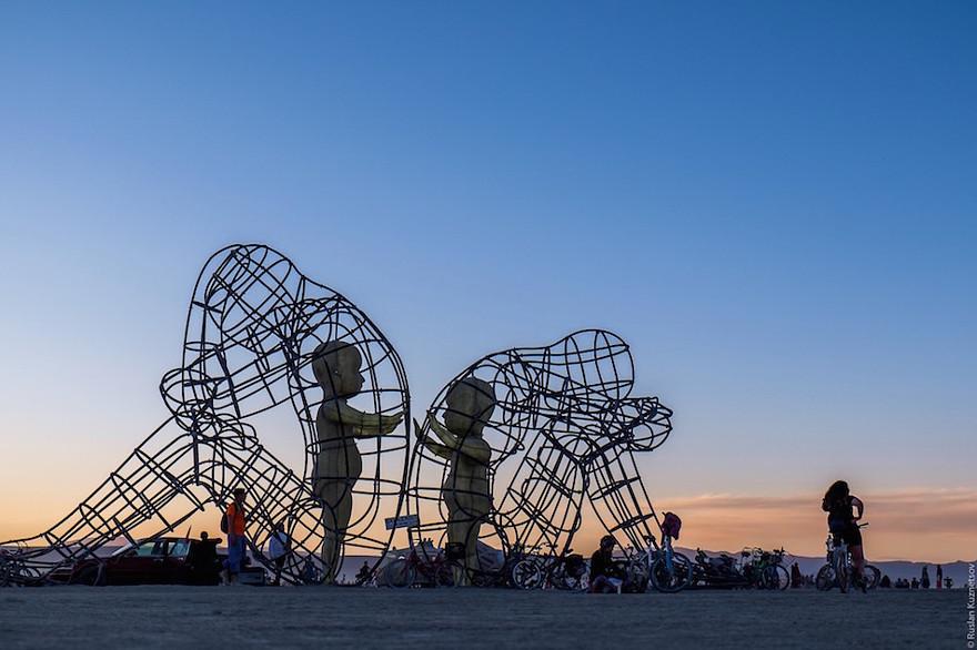 scultura-burning-man-festival-adulti-bambini-amore-love-alexander-milov-335