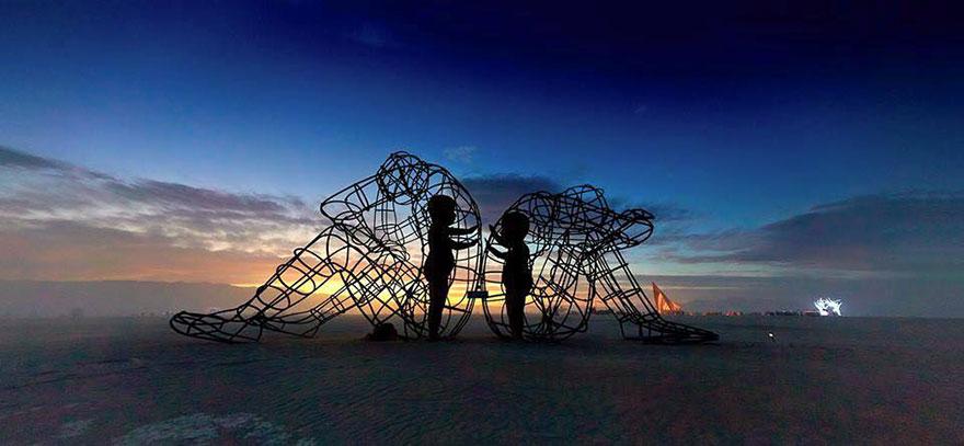scultura-burning-man-festival-adulti-bambini-amore-love-alexander-milov-5