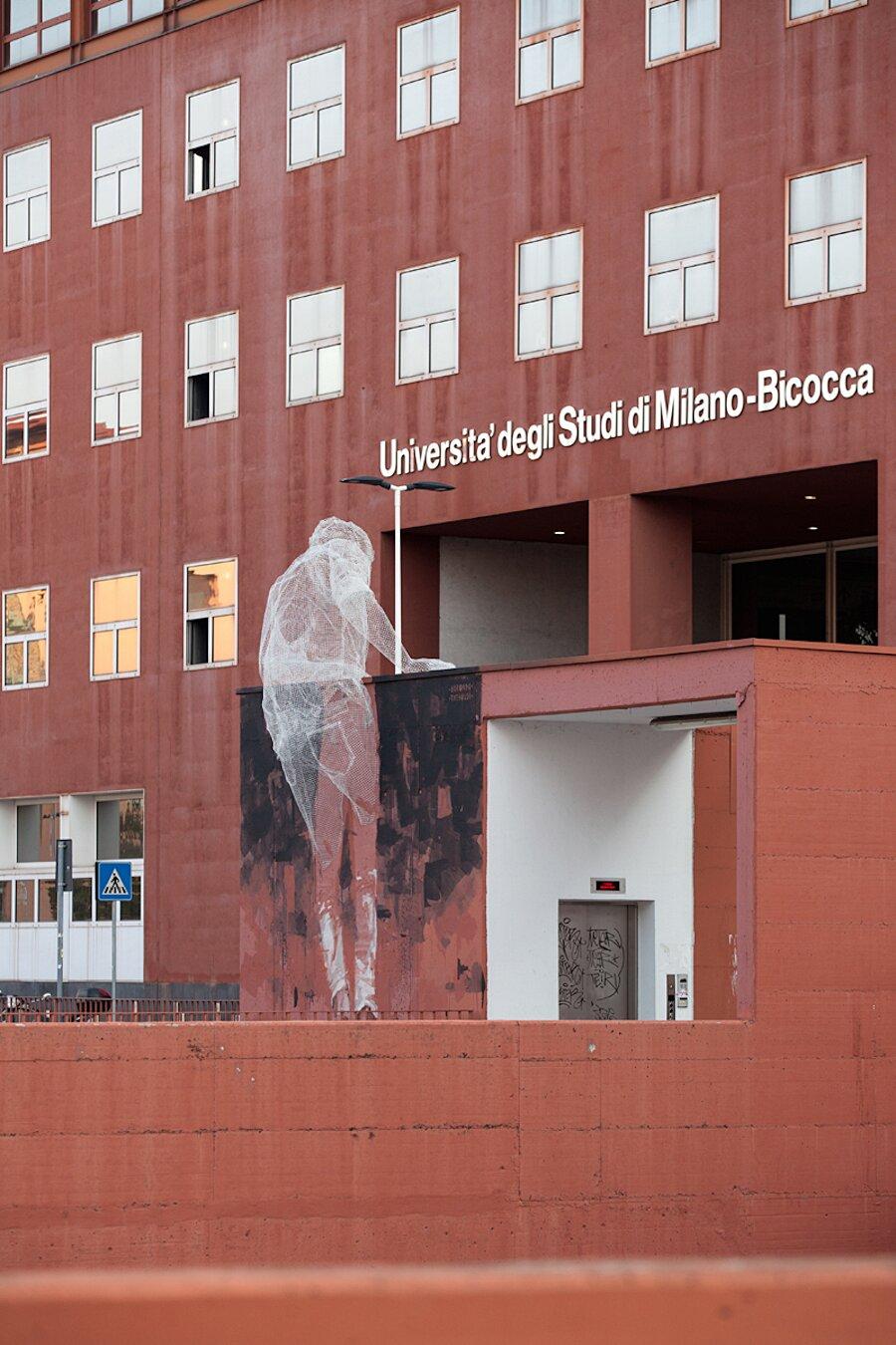 scultura-filo-metallo-street-art-edoardo-tresoldi-gonzalo-borondo-chained-bicocca-milano-1