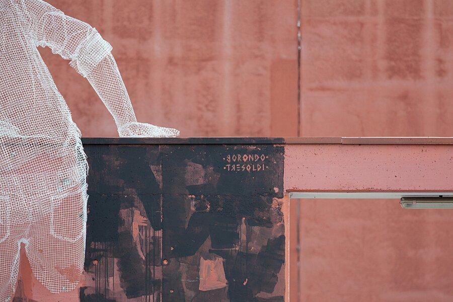 scultura-filo-metallo-street-art-edoardo-tresoldi-gonzalo-borondo-chained-bicocca-milano-3
