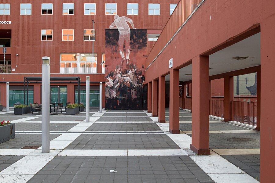 scultura-filo-metallo-street-art-edoardo-tresoldi-gonzalo-borondo-chained-bicocca-milano-6