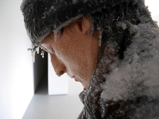 scultura-surreale-ghiaccio-neve-autoritratto-invernale-laurent-pernot-1