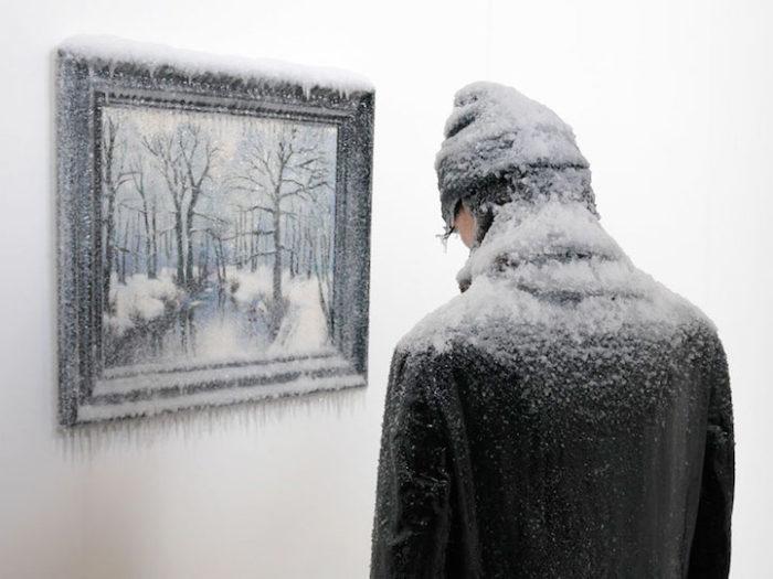 scultura-surreale-ghiaccio-neve-autoritratto-invernale-laurent-pernot-2