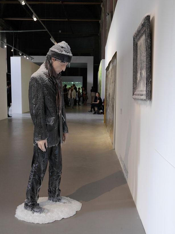 scultura-surreale-ghiaccio-neve-autoritratto-invernale-laurent-pernot-6