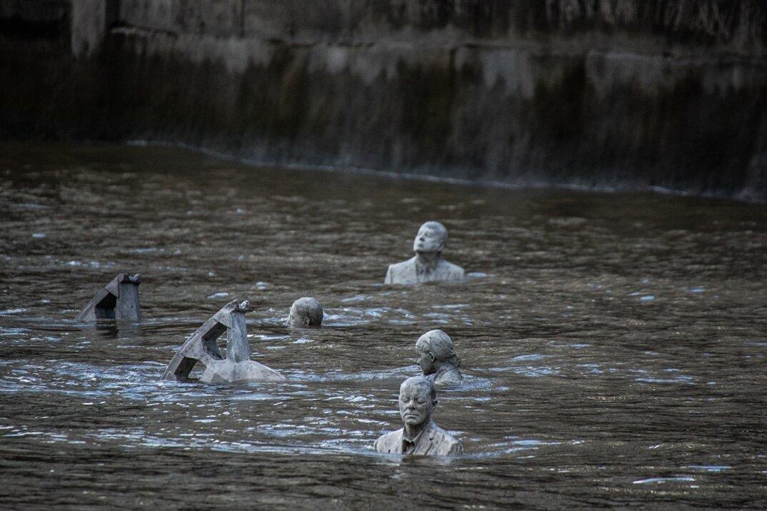 sculture-cavalieri-cavalli-ambiente-industria-inquinamento-jason-decaires-taylor-4