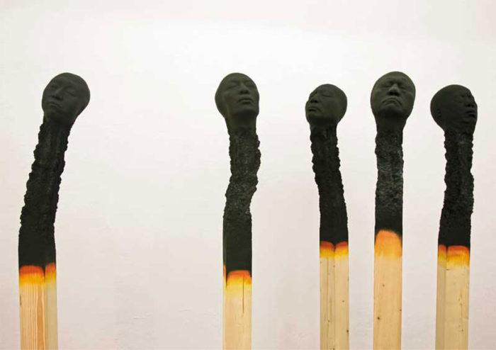 sculture-installazione-teste-uomini-fiammiferi-bruciati-wolfgang-stiller-01