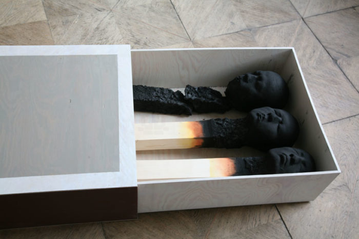 sculture-installazione-teste-uomini-fiammiferi-bruciati-wolfgang-stiller-02