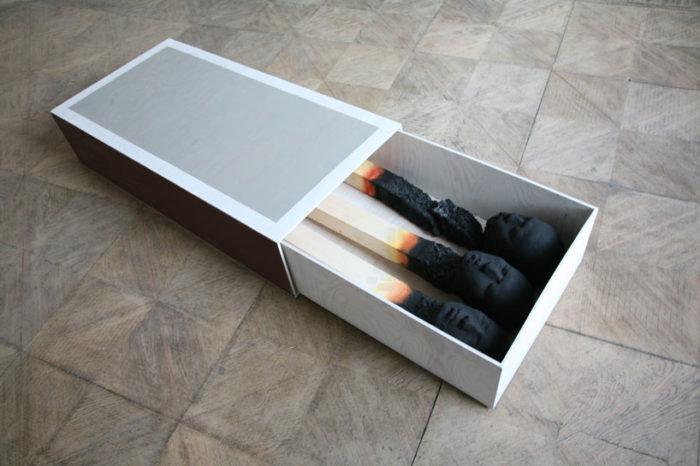 sculture-installazione-teste-uomini-fiammiferi-bruciati-wolfgang-stiller-03