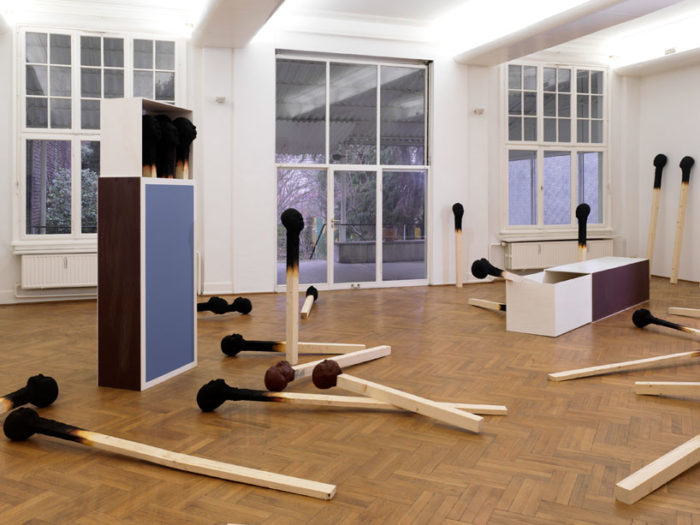 sculture-installazione-teste-uomini-fiammiferi-bruciati-wolfgang-stiller-05