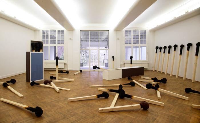sculture-installazione-teste-uomini-fiammiferi-bruciati-wolfgang-stiller-06