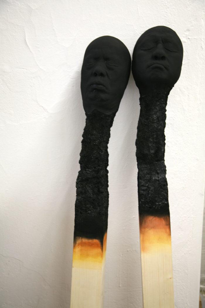 sculture-installazione-teste-uomini-fiammiferi-bruciati-wolfgang-stiller-08