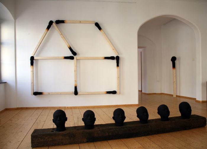 sculture-installazione-teste-uomini-fiammiferi-bruciati-wolfgang-stiller-09