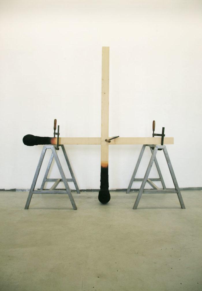 sculture-installazione-teste-uomini-fiammiferi-bruciati-wolfgang-stiller-10