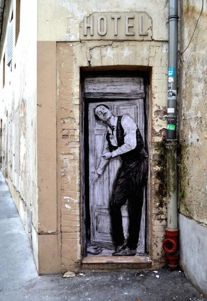 street-art-parigi-charles-leval-levalet-04
