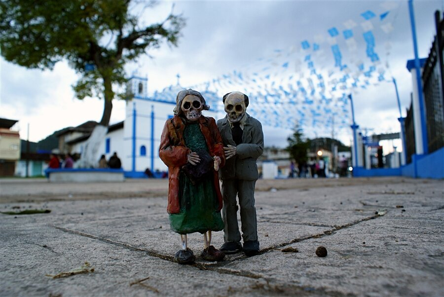 street-art-statuine-figure-cemento-scheletri-cement-eclipses-isaac-cordal-1-keb