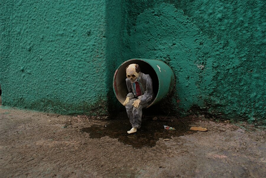 street-art-statuine-figure-cemento-scheletri-cement-eclipses-isaac-cordal-3-keb
