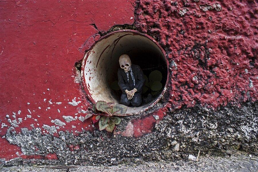 street-art-statuine-figure-cemento-scheletri-cement-eclipses-isaac-cordal-4-keb