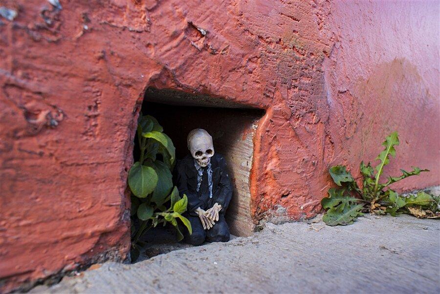 street-art-statuine-figure-cemento-scheletri-cement-eclipses-isaac-cordal-5-keb